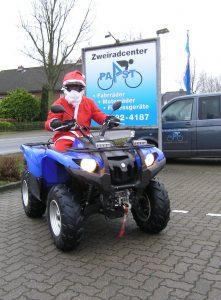 Der Weihnachtsmann auf einem Quad