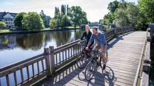Fahrradfahrer auf einer Brücke